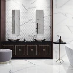 baño decorado con azulejo imitacion marmol